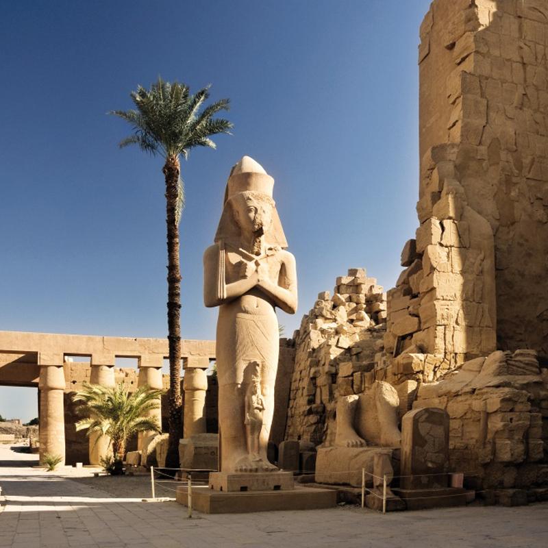 Ägyptischer Tempel mit Statue